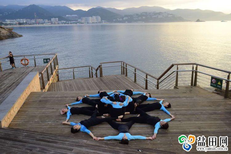 美麗的造型吸引了不少人點贊,周燕說自己對瑜伽教學樂在其中,也很享受圖片