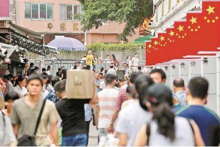 1980年,深圳,珠海,汕头和厦门成立经济特区.